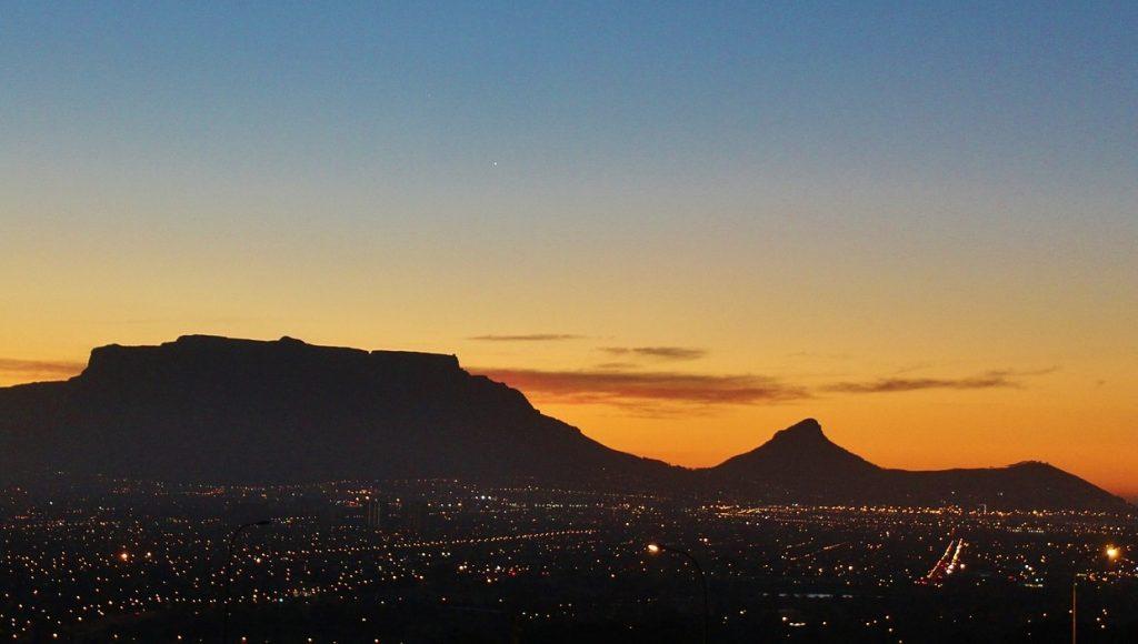 https://pixabay.com/photos/table-mountain-sunset-cape-town-585775/