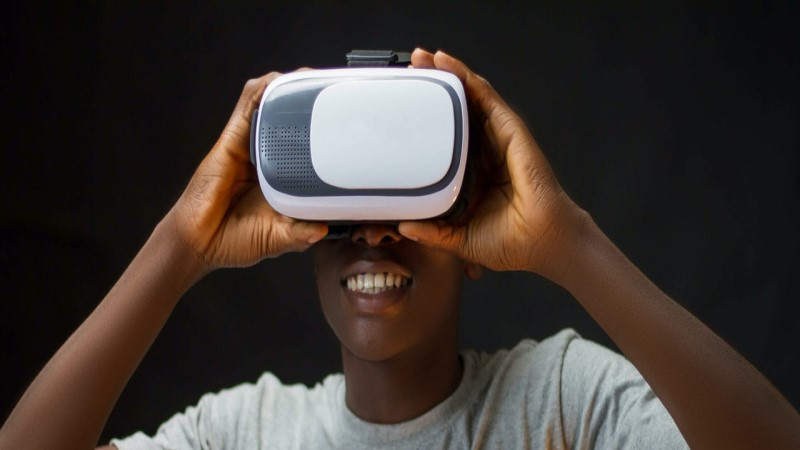 https://www.pexels.com/photo/photo-of-man-using-vr-box-3175977/